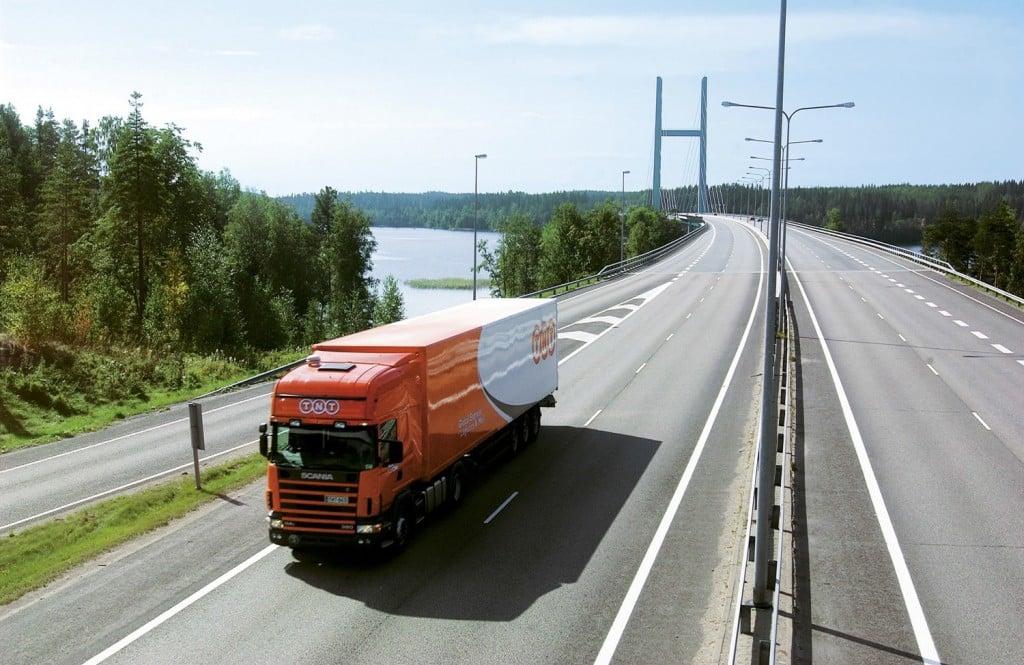 Camión-circulando-por-una-autopista